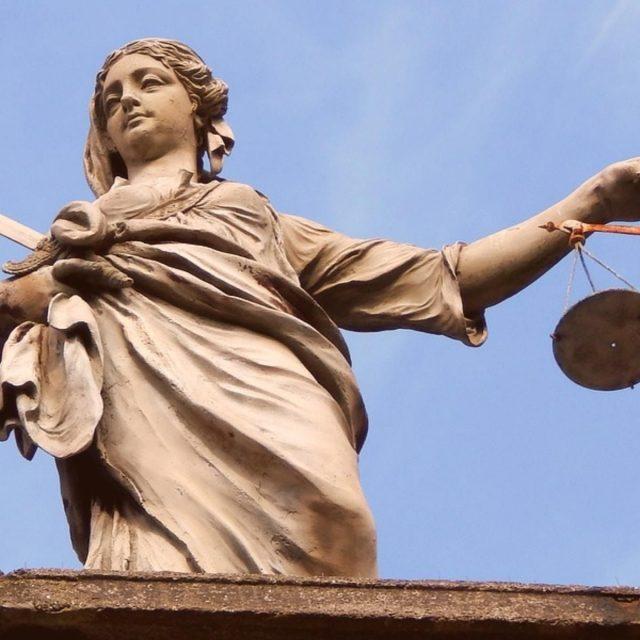 Cómo elegir un abogado y no morir en el intento